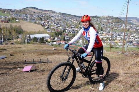 Elisabeth Sveum håper det blir noe av planene om terrengsykkelstier på Hovdetoppen.