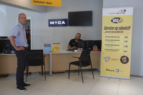 HAR PLANEN KLAR: Meca-verksted for alle merker er en sentral del av Topp Autos nye strategi. Her står daglig leder Eirik Topp i det foreløpige kundemottaket sammen med servicemarkedsselger Thomas Pedersen.FOTO: ØYVIN SØRAA