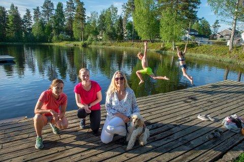 BADEPERLE: Facebook-gruppe administrator Veslemøy Linde, sammen med fv. Elisabeth Hesselberg og Heidi Myrland. I bakgrunnen tar Ole Jørgen Evenstuen Wilmo og Aurora Evenstuen Kjeldsrud sats og hopper i det.