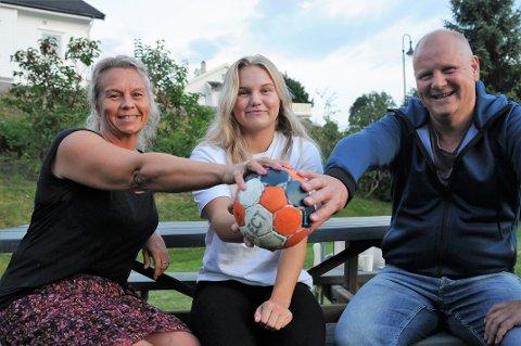 BALLER I LUFTA: Familien Larsstuen har mange baller i lufta på ulike arenaer. Fra venstre mor Ine, datteren Hedda og far Stig.
