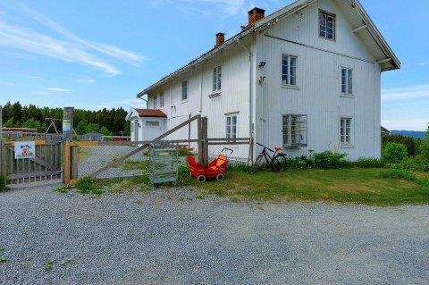 SELGER BARNEHAGEN: Østby gårdsbarnehage og gården som huser den er til salgs for 10 millioner kroner.