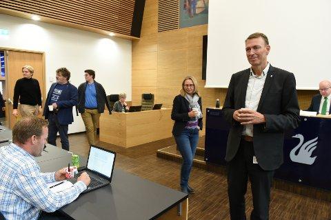 REDEGJORDE I KOMMUNESTYRET: Rådmann Magnus Mathisen redegjorde grundig for Gjøvik kommunes kjøp av Huntonstranda. Bak Sissel Solum (Ap) som var den eneste som stile spørsmål om forurensning under behandlingnen i 2016.