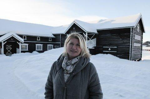 OPPFYLTE DRØMMEN: På Eker Gård i Skammestein har Anni Onsager fått oppfylt en drøm. Her har hun bolig, galleri, atelier og boltreplass for hagebruk. FOTO: INGVAR SKATTEBU