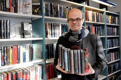 MANGE KILO BØKER: I løpet av høsten kommer Hans Olav Lahlum både med den første boka i en ny krimserie og et praktverk på 1000 sider om vinter-OL.