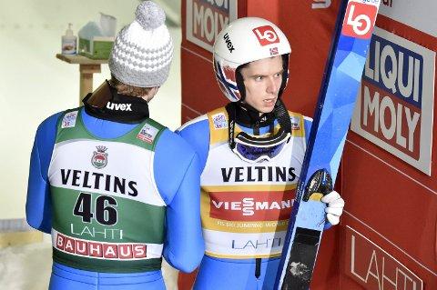 TRØST: Vinneren Robert Johansson (med ryggen til) trøster Halvor Egner Granerud, som falt fra seier i søndagens verdenscuprenn i Lahti.