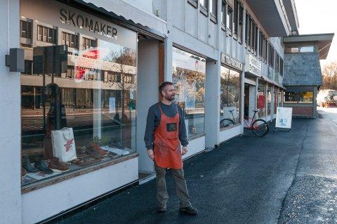 MÅTTE I BANKEN: Skomaker Isac Våge måtte gå i banken da kundene uteble på grunn av anleggsarbeidet i Strandgata.