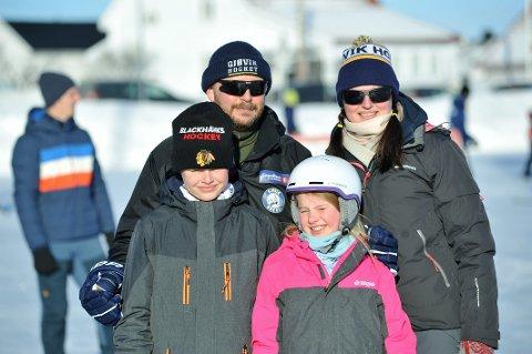 TRIVES PÅ GLATTISEN: Mamma Hanne og pappa Bjørn Kjetil og barna Magnus og Mia er alle med i Gjøvik hockey og bruker skøyteisen på Gjøvik stadion flittig.