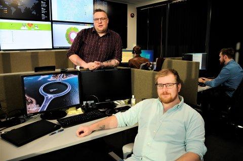 HARD BRANSJE: Mats Thorvaldsen og Ole Petter Kristoffersen jobber med IT-sikkerhet hos Lindbak. De beskriver den digitale kriminaliteten som er bransje i rask vekst og med mye kunnskap.