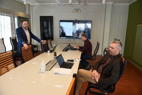 VENTER PÅ SVAR: Kommunaldirektør Ole Magnus Stensrud (t.v.), og ordfører Bror Helgestad (t.h.) og kriseteamet i Østre Toten.