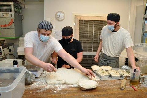 TRAVLE BAKERE: Bakerne Mati Vain (f.v.), Bente Stenslie og Bjørnar Bråthen Øverlia har mye å gjøre. Her er det foccacia-brød på gang.