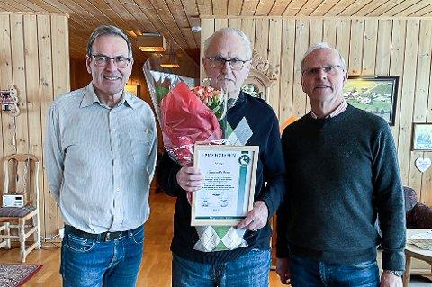 ÆRESMEDLEM: Thorvald Skaug ( i midten) sammen med nestleder Erik Lien (t.v.) og leder Ingvar Aandalen.