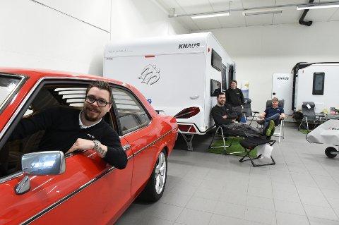 FERIE PÅ HJUL: Dennis Undhjem i Moelv Bil og Caravan kan lene seg ut av bilvinduet og konstatere at mange skal bruke ferien i Norge i år. Bak Tom Andrè Fjeldstad, Asle Holmbakken og Adrian Sikorski.