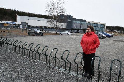 VIL ENDRE UTEOMRÅDET: FAU leder Lene Bergum Pettersson har tatt initiativ sammen med Gjøvik kommune til å endre uteområdet ved Bjørnsveen ungdomsskole.