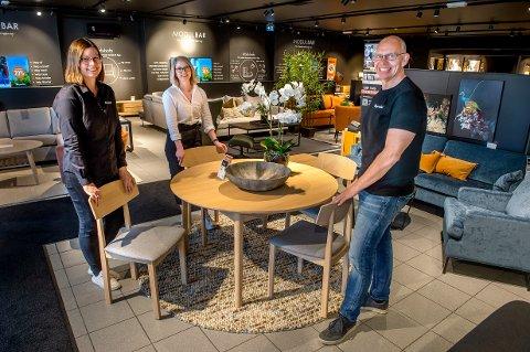 FORAN BUDSJETT: Kirsti Aarvold, Caroline Fjeld og Per Olav Strandvik Hagen kan glede seg over at Fagmøbler på Lena har en solid omsetningsøkning.