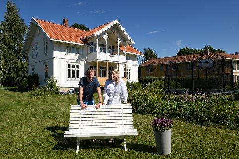 HERSKAPELIG: Ragna Lovise Bjørke og Øyvind Hårstad foran huset på Biri som tidligere var ei kommunal rønne.
