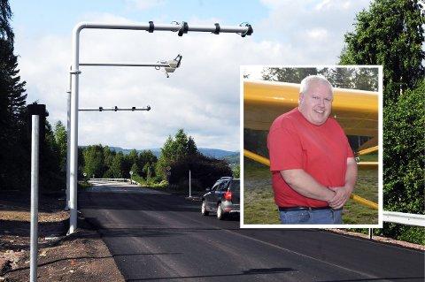 ENDELIG BORTE: Per Åge Fjellheim kjøpte seg elbil og etterhvert firehjulstrekker for å unngå bommen i Enger. Nå er det gratis å passere.