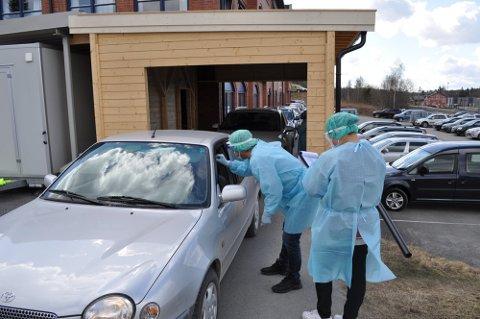 LANG KØ: Om lag 160 personer ble testet ved drive-in stasjonen på Sagatunet på Raufoss 2. mai. Illustrasjonsfoto.