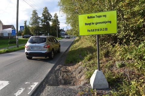 FEIL SKILTING: En forsinkelse i oppstarten av vann- og avløpsarbeidet i Mathias Toppsveg gjør at mange trafikanter har reagert på datoen på skiltingen.