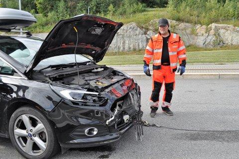 UKJØRBAR: Jan Kåre Rørvik i Viking frakter bort en av bilene som var innblandet i kollisjonen.