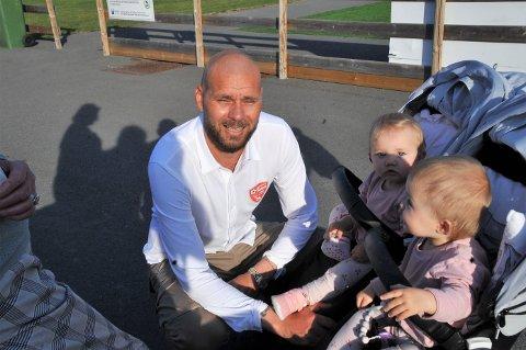 TRØSTEN: Pål Talleruds sjarmerende tvillingjenter Hailey og Chlue var gode å møte etter en tung dag på trenerbenken for FK Toten.