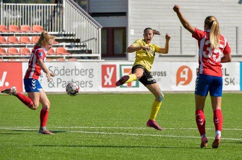 NEEEI: Marte Kraby Simenstad måtte tåle to tap på idrettsbanen denne helgen. Først med Gjøvik HK. Deretter med Raufoss Fotball.