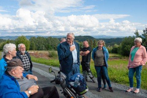 VENTER FORTSATT: Magne Torpen og innbyggere i Klomsteinroa på Biri venter fortsatt på at mobilmasta skal settes opp.