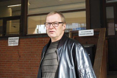 UTFORDRER: Tor Anders Østby foran hjemmetjenestens kontorlokaler i det tidligere ØB-bygget. Østby utfordrer ordføreren på om samlokalisering av basene er vellykket eller ikke. FOTO: INGER EIDEM