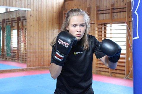 Madeleine Angelsen bokset seg videre til kvartfinalen i junior-EM i boksing.