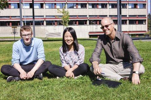 Gunnar Lange og Zixuan Liu fra IB-linjen Ås VG, og koordinator Graham