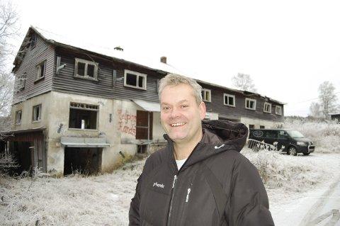 BRANNØVELSE: Lars Aas har tilbudt Follo brannvesen å bruke den gamle verkstedbygningen i en øvelse. FOTO: METTE KVITLE