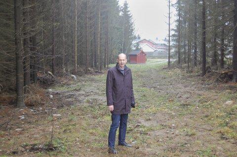 Rustadporten: – Jeg tenker at mange vil kunne gå og sykle herfra, sier ordfører Ola Nordal (Ap) i en kommentar til at kommunaldepartementet ikke godkjenner at Rustadporten bygges ut med boliger. I bakgrunnen skimtes boliger i Gamle Kroervei. foto: Solveig wessel