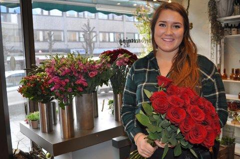 En flott rosebukett slår aldri feil på morsdagen og valentinesdagen. Her viser Sofie Eidsvold frem et av alternativene. Foto: Silje Andersen