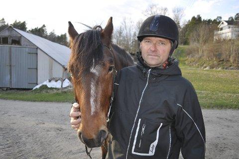 Uforståelig: Ragnar Kjærnes og hestefølget ble overrumplet av løs hund i skogen, og det endte med en alvorlig ulykke. Eierne løp bare videre uten å bry seg. Kjærnes anmelder hendelsen. Foto: Anita Gjøs