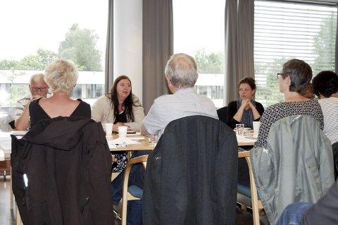 Bekymret: Hilde Kristin Marås (H) (i midten) er bekymret for fremtiden til Ås kommune. Hun stemte imot flertallet i formannskapet som konkluderer med at Ås kommune skal bestå. foto: solveig wessel
