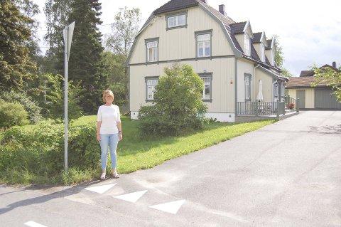 VIKEPLIKT: Lise Lemberg og mannen hennes er fullt klar over at de har vikeplikt når de skal ut fra gårdsplassen der de bor. Noen mener visste de trenger en påminnelse om det.