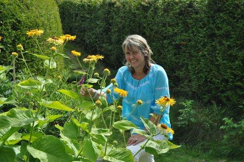Laila Iren Høgvold har lagt ned mye tid og arbeid i den fargerike hagen.