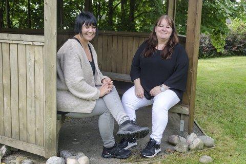 Planlegger hagefest: Avdelingsleder Renate Falmyr i Finstadveien 8 (til venstre) og virksomhetsleder Ruby Myhren håper naboene vil komme på besøk til Finstadveien 8. Nå jaktes det på god musikk til glede for alle. Foto: Kari Kløvstad