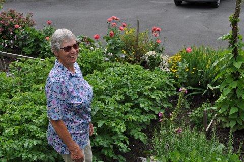Gertrud Nordvik deler gladelig tips om hage, planter og blomster. Hagen og huset er bygget av henne selv og ektemannen.