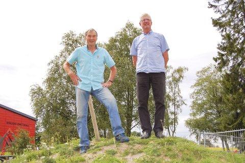 TÅRNLAUGET: Ragnar Skaarer (til venstre) og Sverre Fladberg er to av fem karer i Kråkstad som utgjør Tårnlauget. De vil bygge et over ti meter høyt utkikkstårn på Hjellsåsen i Gaupesteinmarka.
