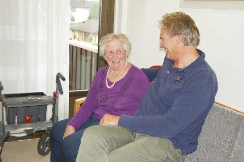 FINNER TONEN: 60 av de 65 beboere sier at de trives sammen med de ansatte. Bjarnhild Kristiansen og Thorbjørn Engh i passiar.