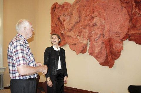 Møtte kunstneren: – Fantastisk. Imponerende, sa Karl Solberg om verket til kunstner Hanne Friis. Kunstverket henger i vandrehallen i Urbygningen.  alle foto: solveig wessel