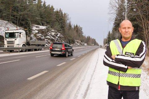 SENK FARTEN: Fartsgrensen på E18 over Svartskogtoppen er 80 km/t, men mange kjører for fort- Særlig gjelder det tofeltsstrekningen rett før fotoboksen. Terje Tutturen i Follo-politiet vil ha opp flere 80-skilt for å minne bilistene hva fartsgrensen er.