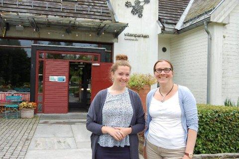 TENK PÅ MILJØET: Elise Matilde Lund og Solveig Arnesen ved Vitenparken, håper mange møter på klesbyttekvelden mandag.