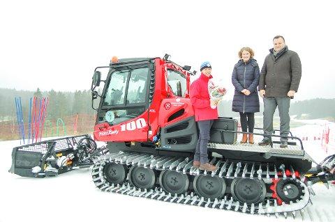 TIL TOPPS: Skiforeningens generalsekretær fikk blomster og gratulasjoner fra ordfører Tuva Moflag i Ski og ordfører Thomas Sjøvold.