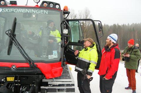 HJELPERYTTER: Svein Gustavsen stiller opp som løypekjører når det trengs. Her får han prøvesitte den nye løypemaskinen mens skogsbetyrer Reidar Haugen og løypebas Terje Martinsen følger spent med.