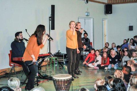 ENGASJERTE: De fire sangerne Nina E. Mortvedt, Lars Andreas Aspesæter, Benedikte Kruse og Anine Kruse Skatrud engasjerte elevene med sanger fra hele verden.