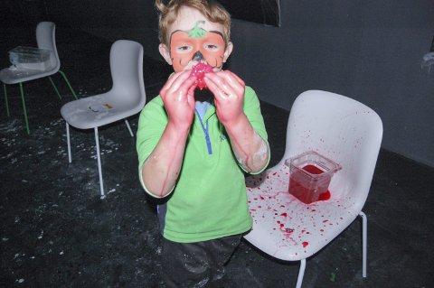BLODIGE ØYNE: Vannet i beholderen er blankt inntil ungene finner øyne som begynner å renne blod når de klemmer på dem. Noen synes det er skummelt, andre synes det er mest spennende.