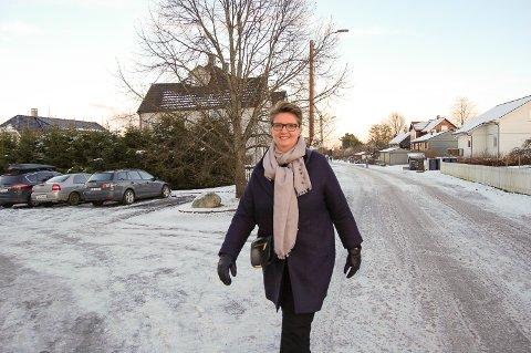 PÅ GLATTISEN: Ordfører Hanne Opdan i Gamleveien mandag. Da var det fremdeles ikke brøytet eller strødd.