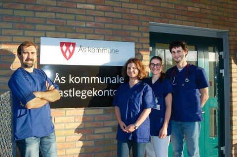 I FULL DRIFT: Fastlege Faruk Busuladzic, fastlege Natali Viken, daglig leder og sykepleier Helene Steen Dalbye og turnuslege Arkady Rutkovskiy ønsker velkommen til Ås kommunale legekontor.