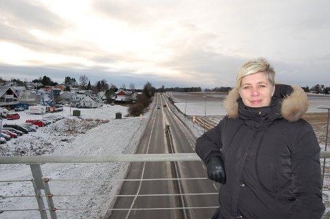 BEHOLDER DA VINCI-BROEN: Den nye, firefelts motorveien kommer til å passere under da Vinci-broen, der prosjektleder Elin B. Amundsen står, før den skjærer inn til venstre på bildet.